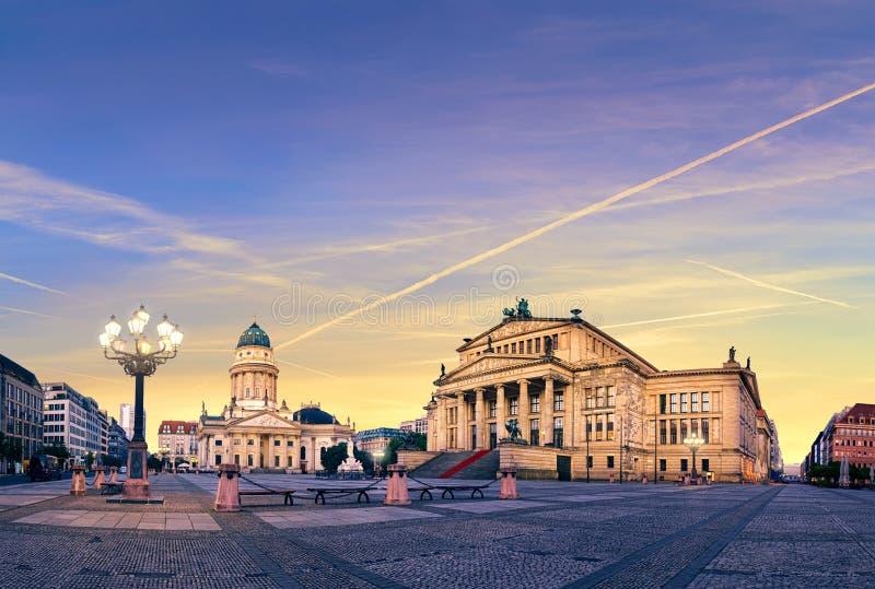 Gendarmenmarkt в Берлине на заходе солнца, панорамном изображении стоковые фото