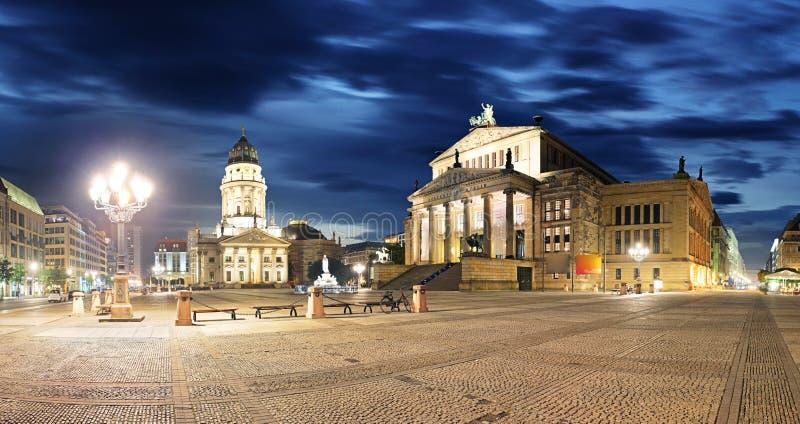 Gendarmenmarkt на ноче - панораме Берлина стоковая фотография rf