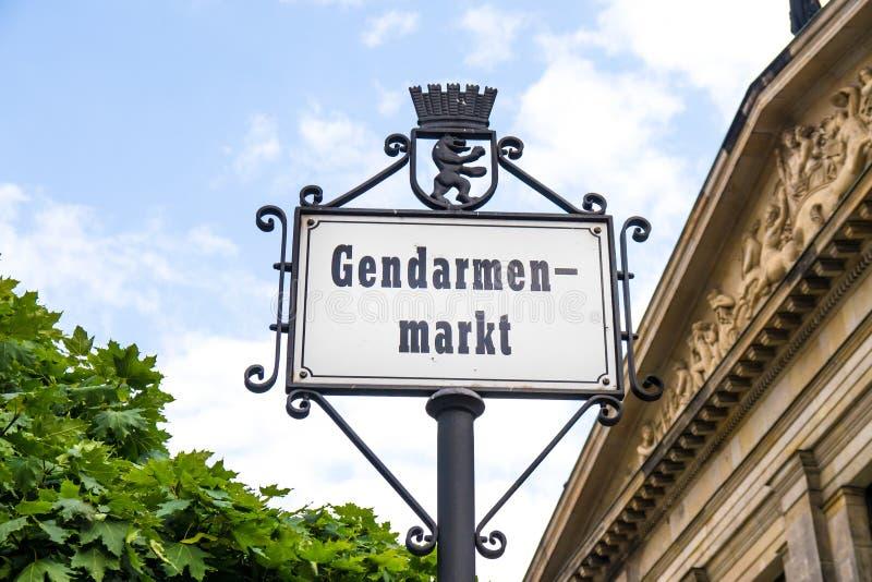 Gendarmenmarkt подписывает внутри Берлин стоковая фотография rf