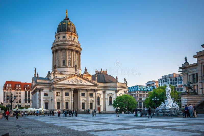 Gendarmenmarkt in Berlin Ansicht über deutsche Kathedrale stockbilder