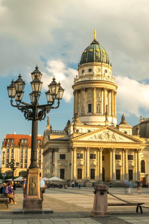Gendarmenmarkt, catedral alemão na luz da noite no por do sol com nuvens fotos de stock
