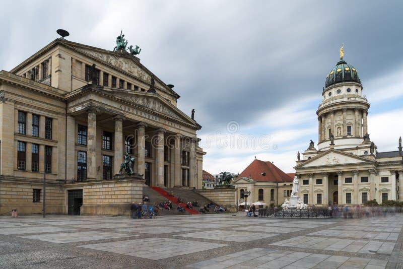 Gendarmenmarkt en Berlín, Alemania Opinión sobre catedral francesa y fotografía de archivo libre de regalías