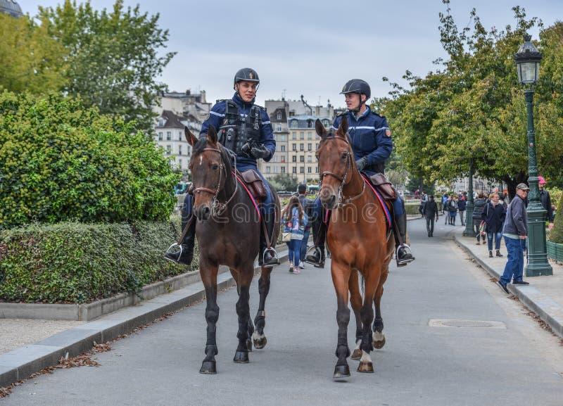 Gendarmes op horseback in Parijs, Frankrijk stock afbeeldingen