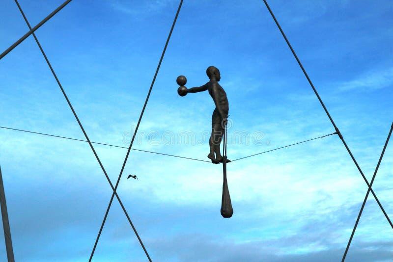Gene Bernatek Footbridge em Krakow - figuras e estátuas na ponte foto de stock royalty free