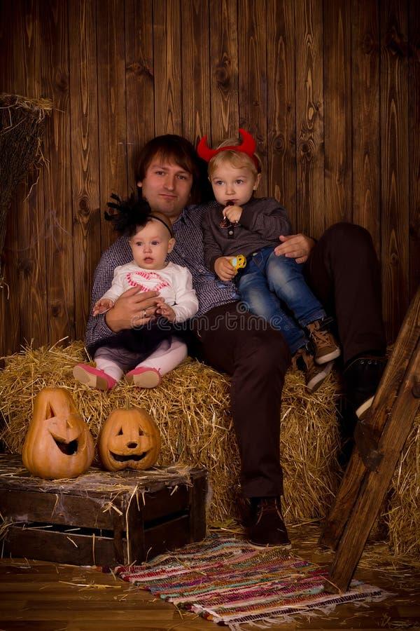 Gene com filho e filha do bebê no partido de Dia das Bruxas foto de stock