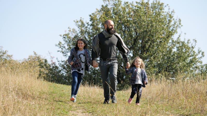Gene e a filha dois que anda no prado foto de stock