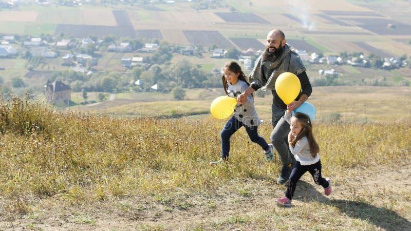 Gene e a filha dois que anda no prado fotos de stock royalty free