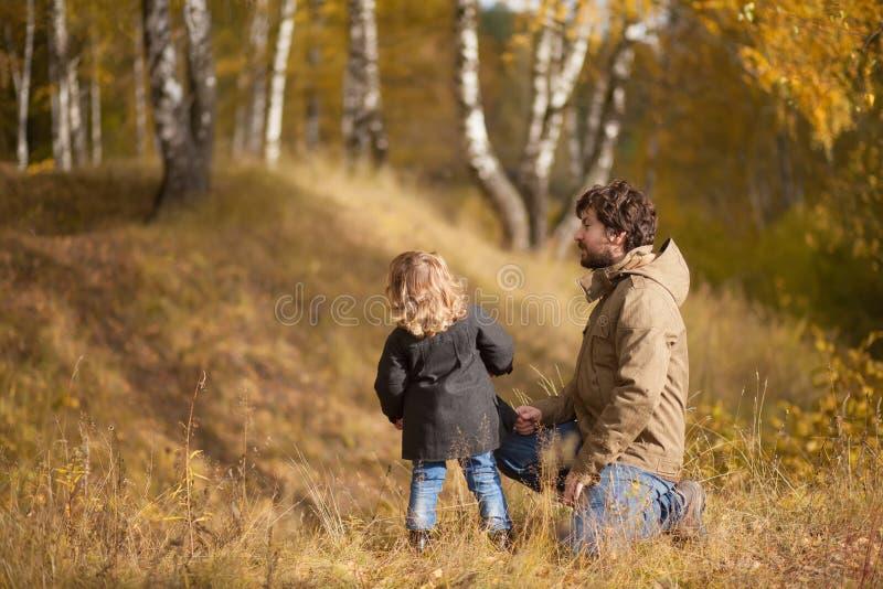 Gene e sua filha pequena junto na floresta fotos de stock royalty free