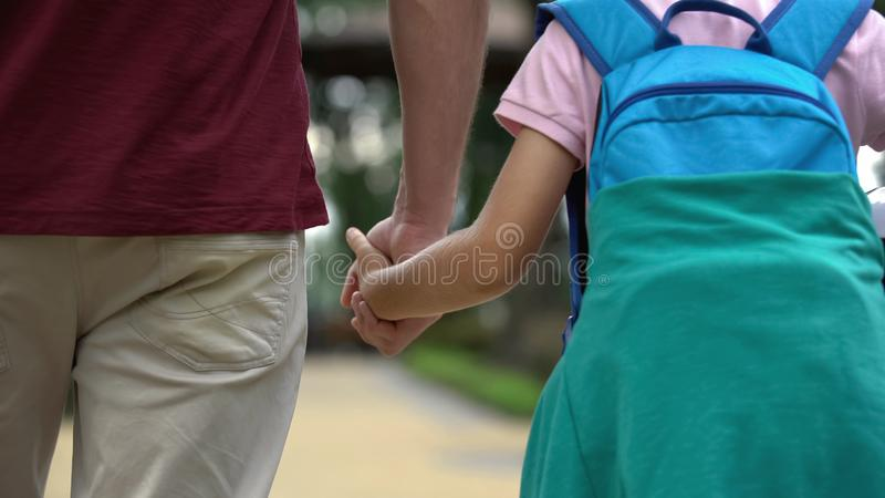 Gene o passeio em casa com o filho após a escola, discutindo classes do esporte, futebol fotografia de stock