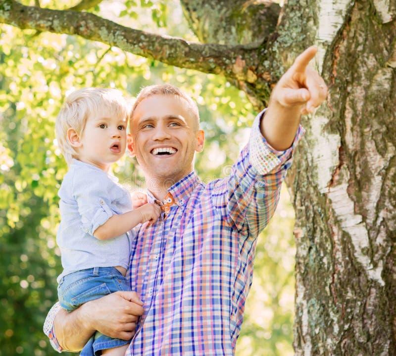 Gene passar o tempo com o filho na floresta foto de stock