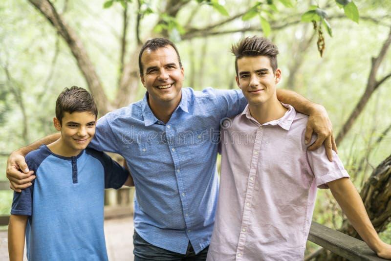 Gene ter o divertimento na floresta com seus dois filhos imagem de stock royalty free