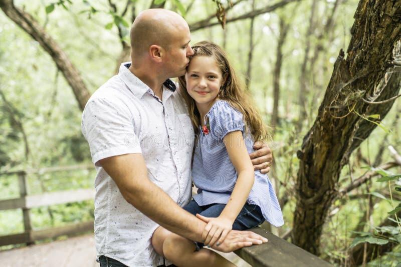 Gene ter o divertimento na floresta com sua filha imagens de stock