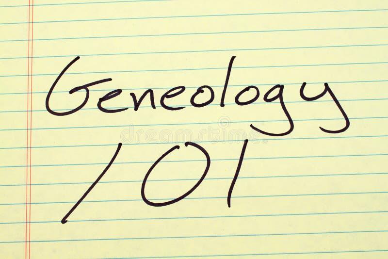 Genealogie 101 auf einem gelben Kanzleibogenblock stockfotografie