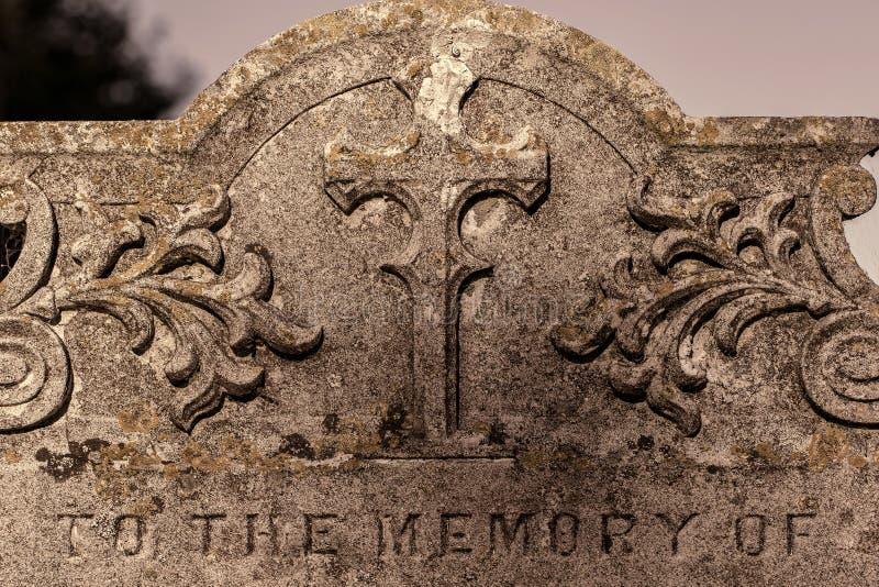 Genealogie und Geschlecht Altes Friedhofsgrundstein ` zum Gedächtnis O stockfoto