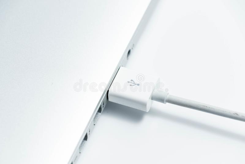 Genebra/Suíça 09 09 18: Adaptador de USB do macbook de Apple o pro conecta o cabo do porto fotografia de stock royalty free