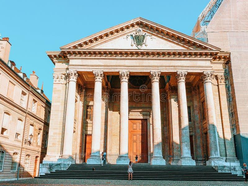 Genebra, Suíça - 30 de agosto de 2016: Fachada de St Pierre Cathedral na cidade velha de Genebra, Suíça Povos no foto de stock royalty free