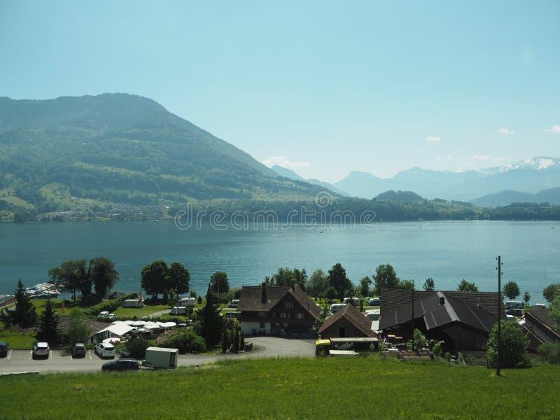GENEBRA, SUÍÇA - 31 DE MAIO DE 2017: Vista bonita no lago de Genebra e da arquitetura da cidade de Genebra foto de stock royalty free
