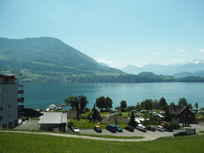 GENEBRA, SUÍÇA - 31 DE MAIO DE 2017: Vista bonita no lago de Genebra e da arquitetura da cidade de Genebra fotos de stock royalty free