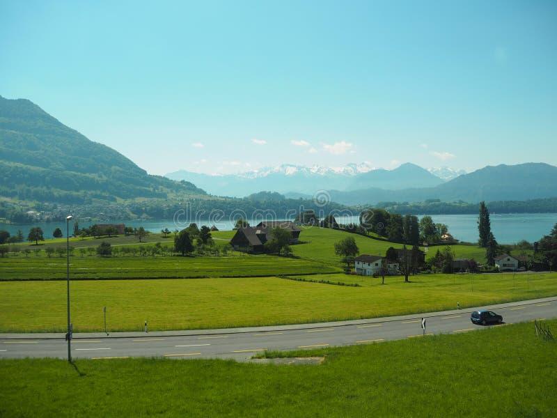GENEBRA, SUÍÇA - 31 DE MAIO DE 2017: Vista bonita no lago de Genebra e da arquitetura da cidade de Genebra fotografia de stock royalty free