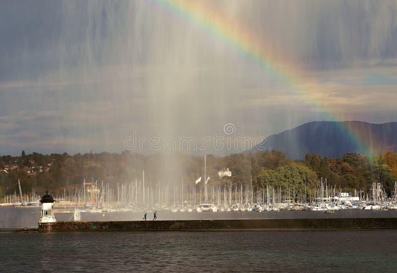 Genebra - Visão maravilhosa de uma fonte de um lago a partir do qual uma fonte é pulverizada e um arco-íris é feito no fundo foto de stock royalty free