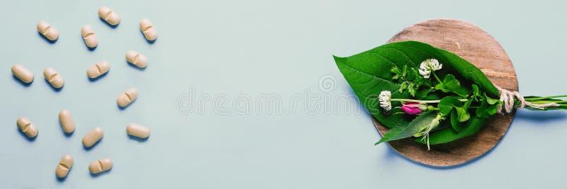 Geneeskrachtige kruiden en natuurlijke tabletten, fles Het concept de productie van natuurlijke voorbereidingen en voedselsupplem stock foto's