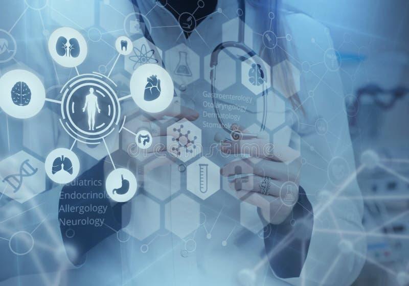 Geneeskunde arts en virtuele computerinterface stock afbeeldingen