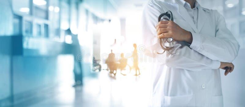 Geneeskunde arts met in hand stethoscoop, vol vertrouwen zich bevindt stock foto