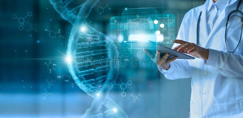 Geneeskunde arts wat betreft elektronisch medisch dossier op tablet DNA Digitale gezondheidszorg en netwerkverbinding op hologram royalty-vrije stock foto's