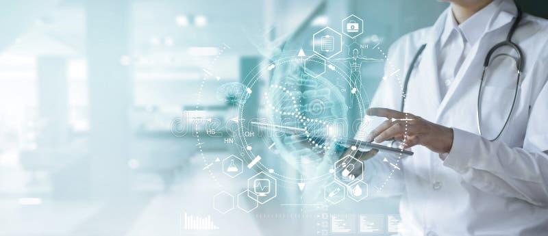 Geneeskunde arts wat betreft elektronisch medisch dossier op tablet DNA Digitale gezondheidszorg en netwerkverbinding op hologram royalty-vrije stock afbeelding