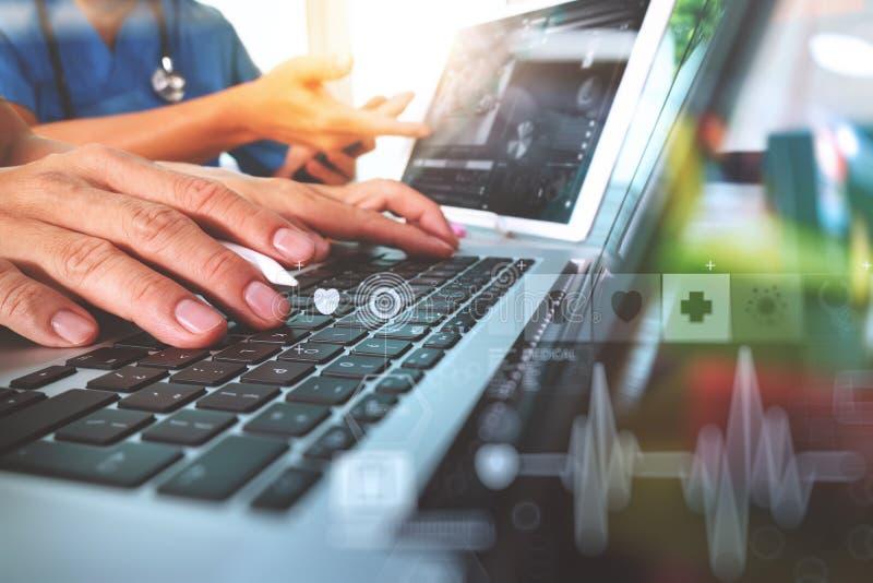 Geneeskunde artsenhand die met moderne computer en digitaal PR werken royalty-vrije stock foto's