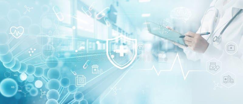 Geneeskunde de arts schrijft elektronisch medisch dossier op tablet DNA Digitale gezondheidszorg en netwerkverbinding op hologram royalty-vrije stock afbeelding