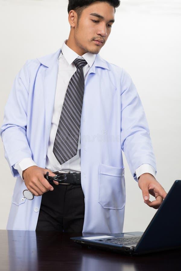 Geneeskunde de stethoscoop van de artsenholding en het tonen van medische dossiers stock foto