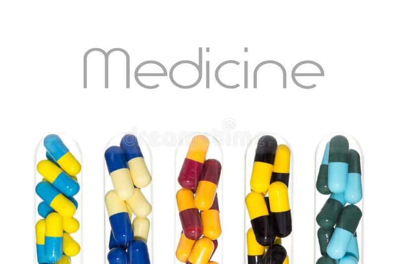 Geneeskunde of Drugcapsule in Reageerbuis op Wit wordt geïsoleerd dat stock foto's