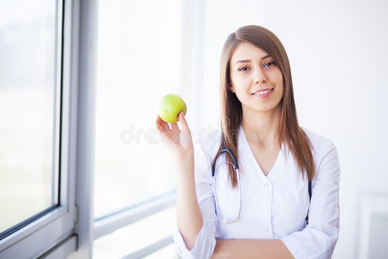 geneeskunde Jonge vrouwelijke arts in moderne kliniek stock afbeelding