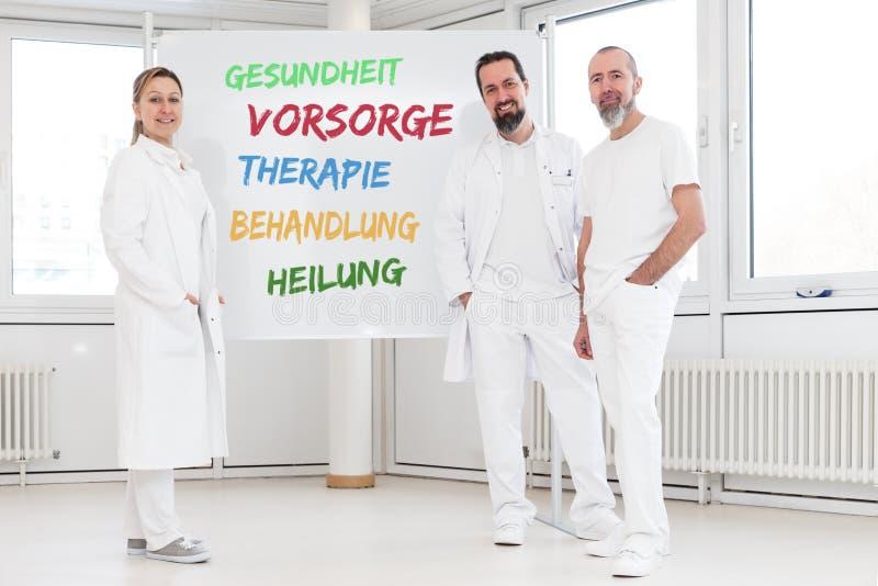 Geneeskundearbeiders voor witte raad stock foto