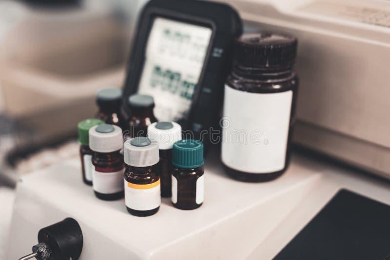 Geneeskundeflessen tegen medische apparatuur stock foto