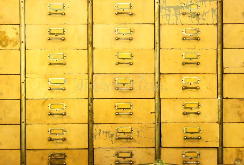 Geneeskundekabinetten van houten, geschilderde geel worden gemaakt die stock afbeelding