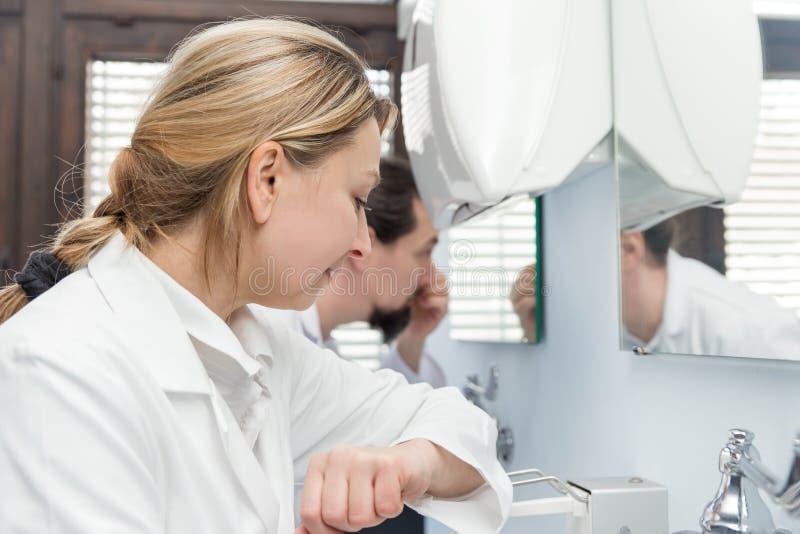 Geneeskundepersoneel in het toilet stock foto