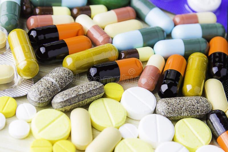 Geneeskundepillen of capsules op houten achtergrond Drugvoorschrift voor behandelingsmedicijn stock foto
