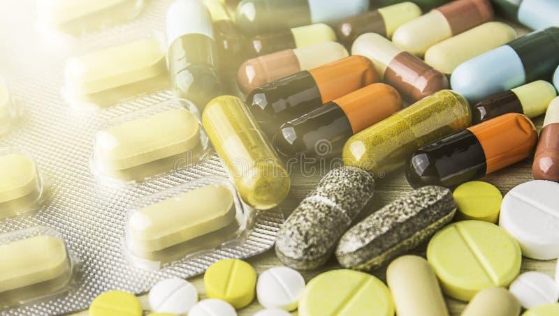 Geneeskundepillen of capsules op houten achtergrond Drugvoorschrift voor behandelingsmedicijn royalty-vrije stock fotografie