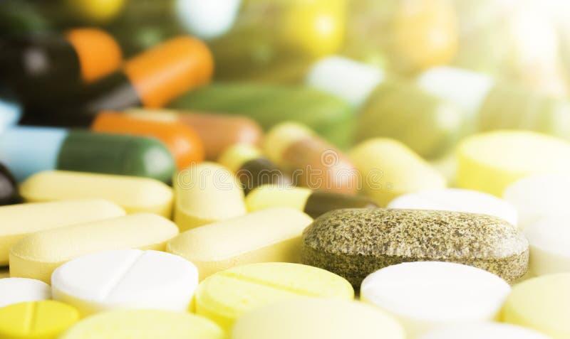 Geneeskundepillen of capsules op houten achtergrond Drugvoorschrift voor behandelingsmedicijn royalty-vrije stock foto's