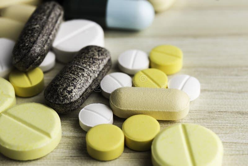 Geneeskundepillen of capsules op houten achtergrond Drugvoorschrift voor behandelingsmedicijn royalty-vrije stock afbeeldingen