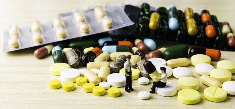 Geneeskundepillen of capsules op houten achtergrond Drugvoorschrift voor behandelingsmedicijn royalty-vrije stock afbeelding