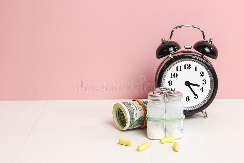 Geneeskundepillen of capsules, vitamine met geld, dollar Medisch of apotheek stock foto