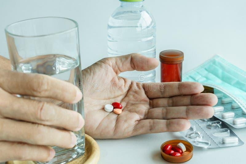 Geneeskundepillen en water ter beschikking voor behandeling stock fotografie