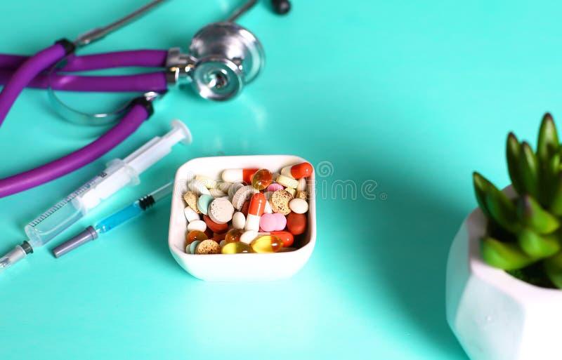 Geneeskundepillen, tabletten en capsules op lijst stock afbeeldingen
