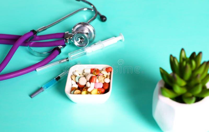 Geneeskundepillen, tabletten en capsules op lijst royalty-vrije stock fotografie