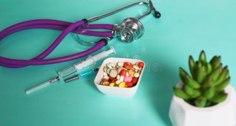 Geneeskundepillen, tabletten en capsules op lijst royalty-vrije stock foto's