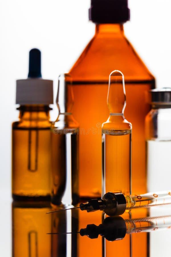 Geneesmiddel in een een glasflesje en spuit royalty-vrije stock afbeelding