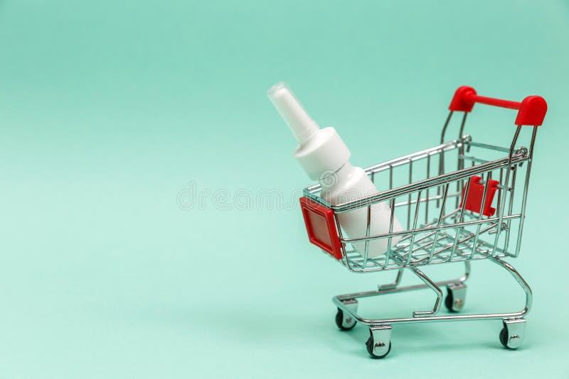 Geneesmiddelen in boodschappenwagentje op blauwe achtergrond stock foto's